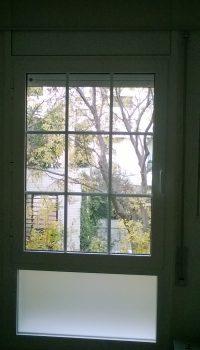 ventana con fijo inferior y cuarterones blancos